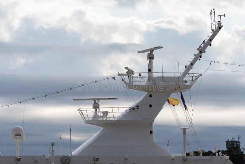 Bovendek van Passenger Expedition Cruise Liner Azamara Quest Azamara Club Cruises met radar- en radionavigatieapparatuur, co royalty-vrije stock fotografie