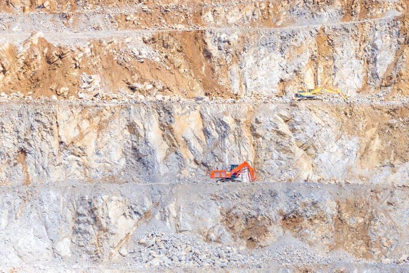 Bovengrondse kalksteenmijn met mijnbouwmachines stock foto