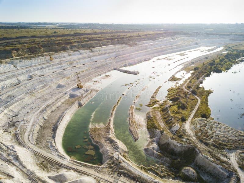 Bovengrondse mijnbouwsteengroeve met machines op het werk - Satellietbeeld Industriële Extractie van kalk, krijt, calx, caol Meni royalty-vrije stock foto