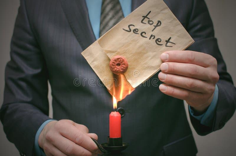 Bovenkant - geheim berichtconcept Het super belangrijke informatie wissen Vernietiging van aanwijzingen Vernietiging van bewijsma stock afbeeldingen