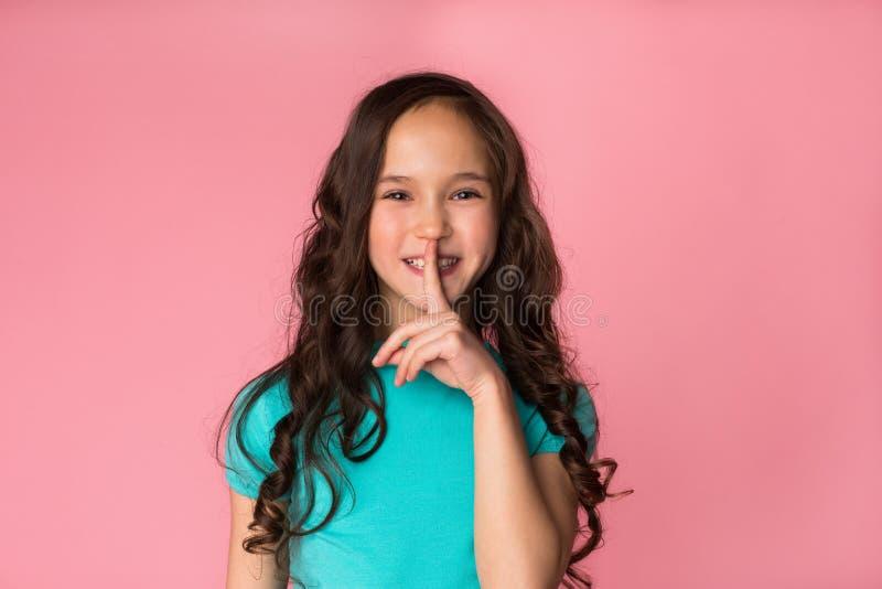 Bovenkant - geheim De holdingsvinger van het Preteenmeisje op mond royalty-vrije stock afbeelding