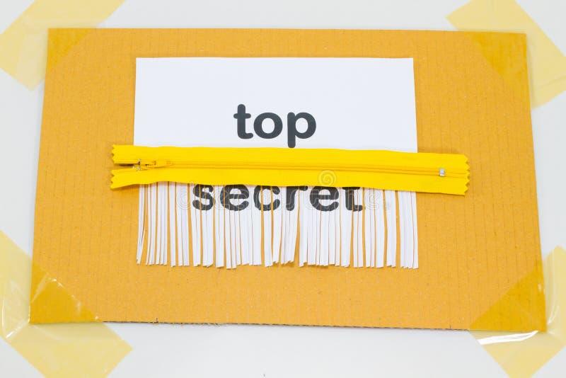 Bovenkant - geheim, die blad van document met gele ritssluiting vernietigen als sh royalty-vrije stock afbeeldingen