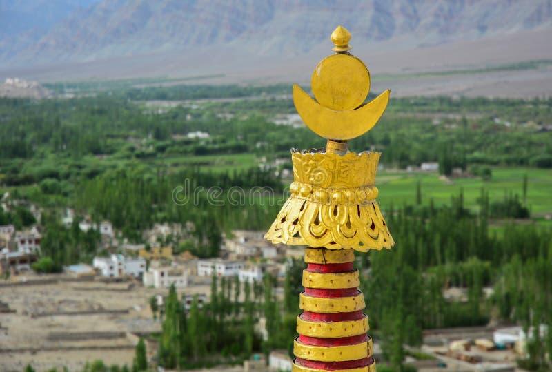 Bovenkant van bronshulp bij Tibetaanse tempel stock afbeelding