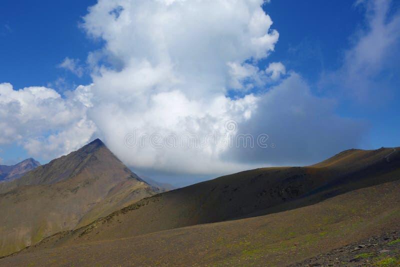 Bovenkant van Chaukhi-bergpas op een wandelingssleep die van Juta tot Roshka in de bergen van de Kaukasus leiden, Georgië stock fotografie