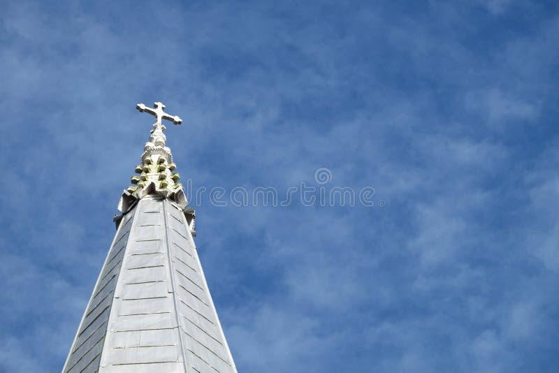 Bovenkant van christelijke kerk op de bewolkte blauwe hemel stock fotografie