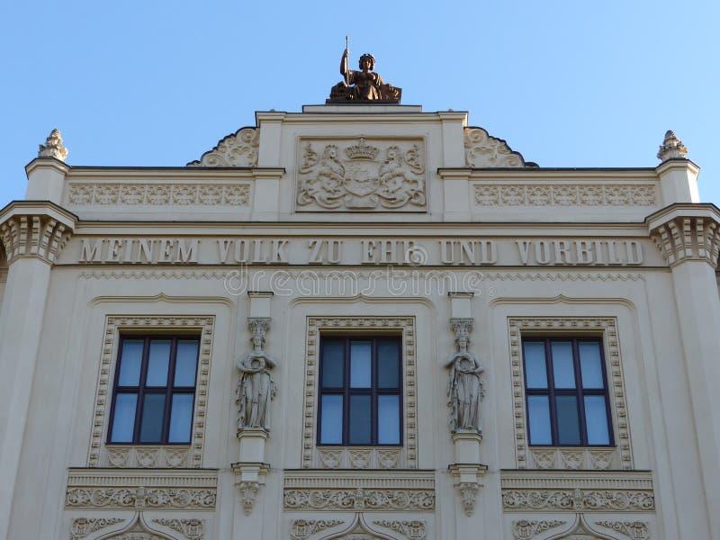 Bovenkant van de elegante voorgevel van het museum van de massimilianostijl van de vijf continenten in München, Duitsland stock fotografie