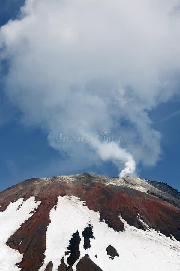 Bovenkant van de vulkanische Vulkaan van kegelavacha, stoom en gasemissies van krater Kamchatka, Rusland stock foto's