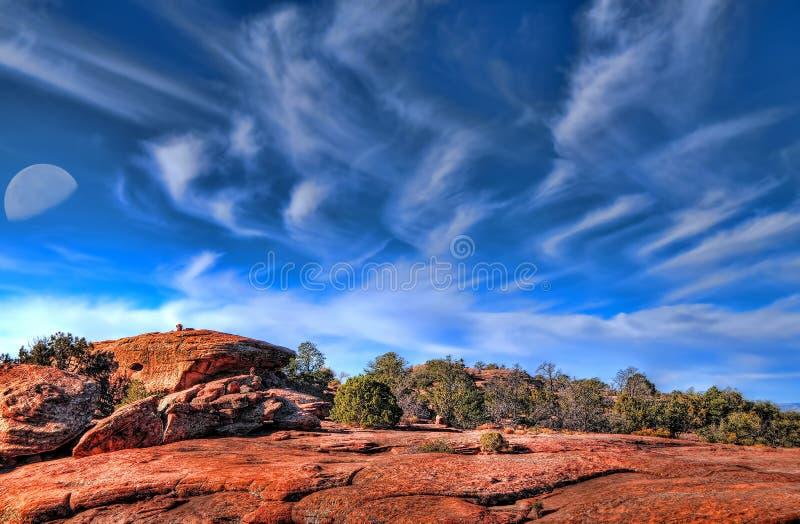 Bovenkant van een een woestijnberg en maan stock afbeelding