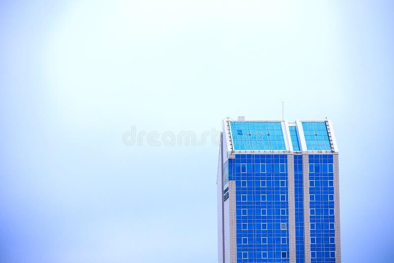 Bovenkant van een lang gebouw royalty-vrije stock foto