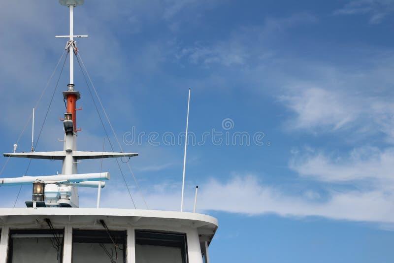 Bovenkant van een schip met mast met blauwe hemel en cirruswolken stock fotografie