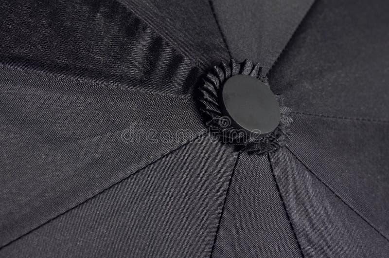 Bovenkant van een zwarte waterdichte paraplu stock afbeeldingen