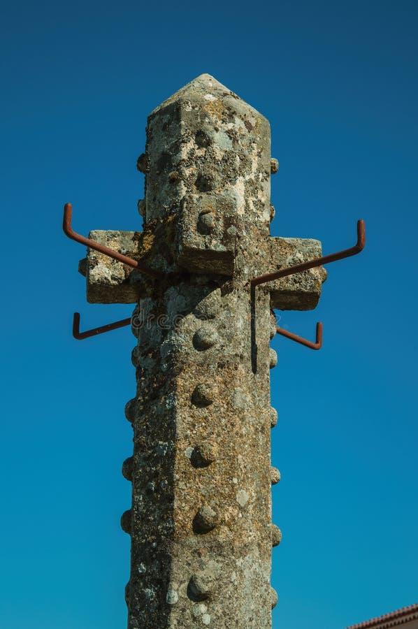 Bovenkant van gesneden steenpillory met blauwe hemel op de achtergrond royalty-vrije stock afbeelding