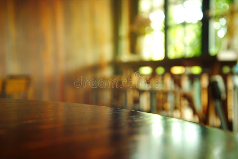 Bovenkant van houten lijst met licht van venster in bar en koffiebackgro royalty-vrije stock afbeeldingen