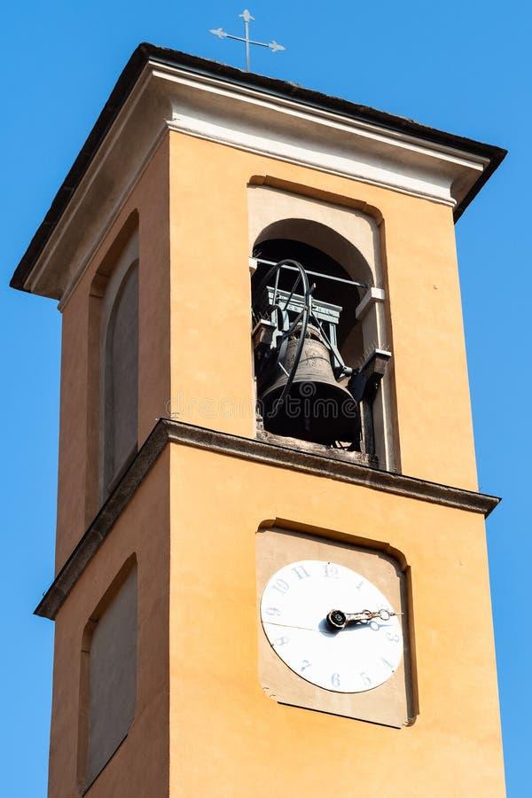 bovenkant van klokketoren van kerk Santa Marta in Lecco stock afbeelding