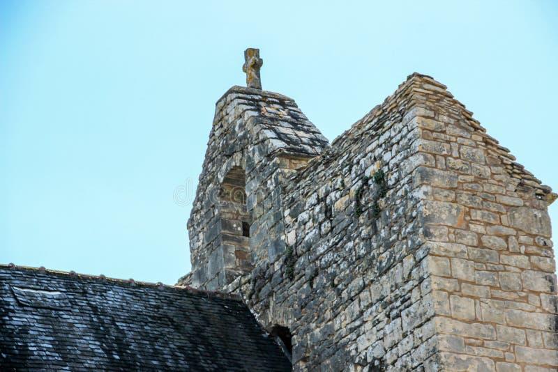 Bovenkant van Klokketoren van versterkte kerk van Saint Julien, Nespouls, Correze, Limousin, Frankrijk royalty-vrije stock foto's
