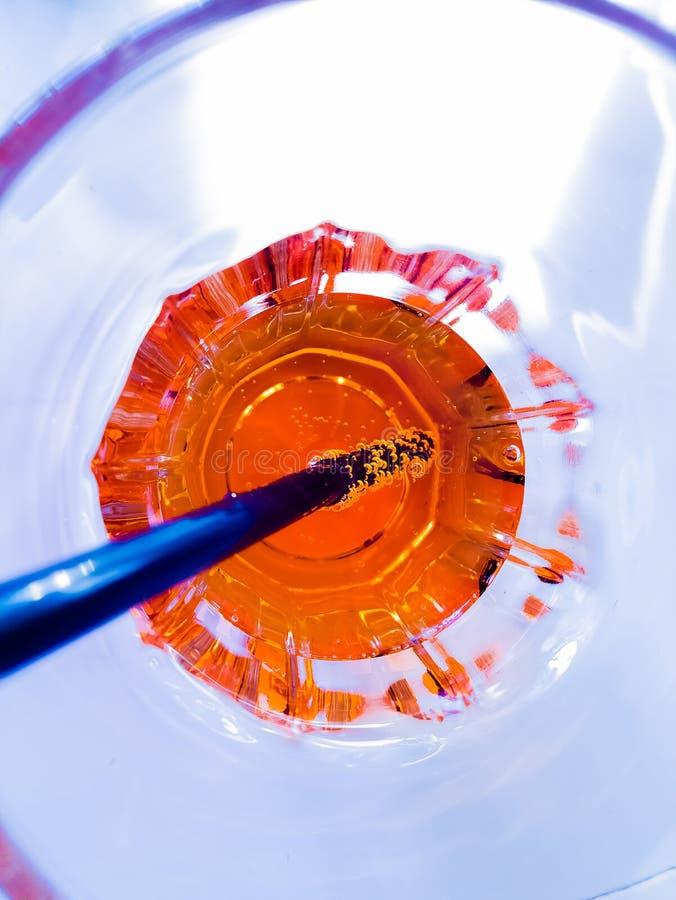 Bovenkant van mening van het drinken van glas van aperol oranje cocktail van het spritzaperitief op het blauwe licht van de zitka stock foto's