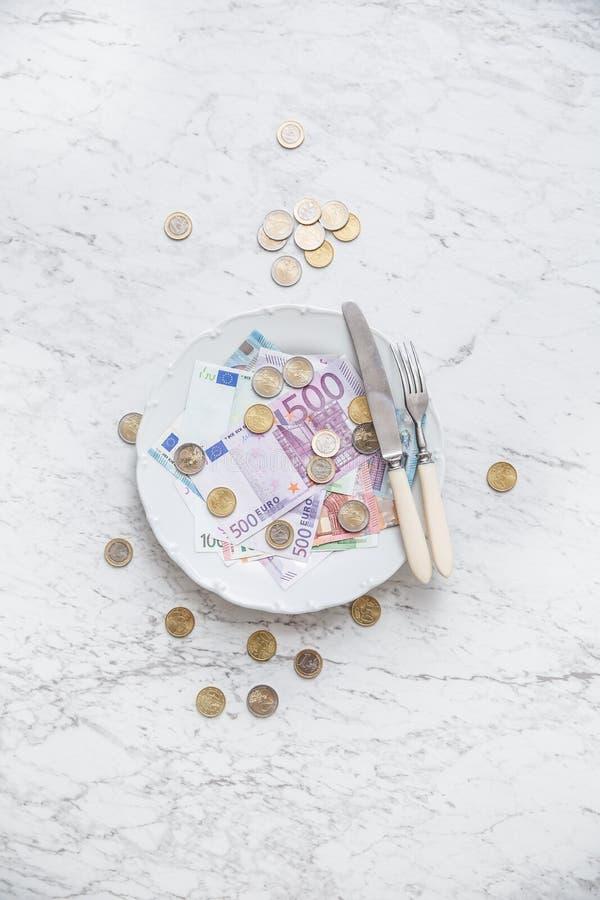 Bovenkant van menings volledige plaat van euro geldmuntstukken en bankbiljetten royalty-vrije stock afbeeldingen