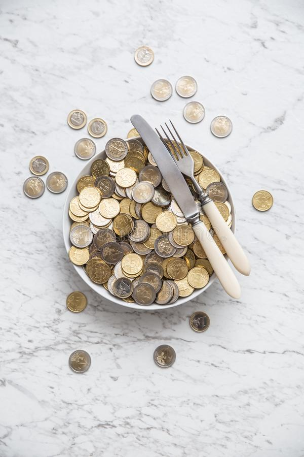 Bovenkant van menings volledige plaat van euro muntstukken op marmeren lijst stock afbeelding