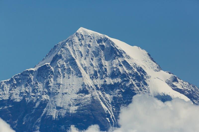 Bovenkant van snowcapped Moench-berg in Zwitserland, blauwe hemel stock afbeeldingen