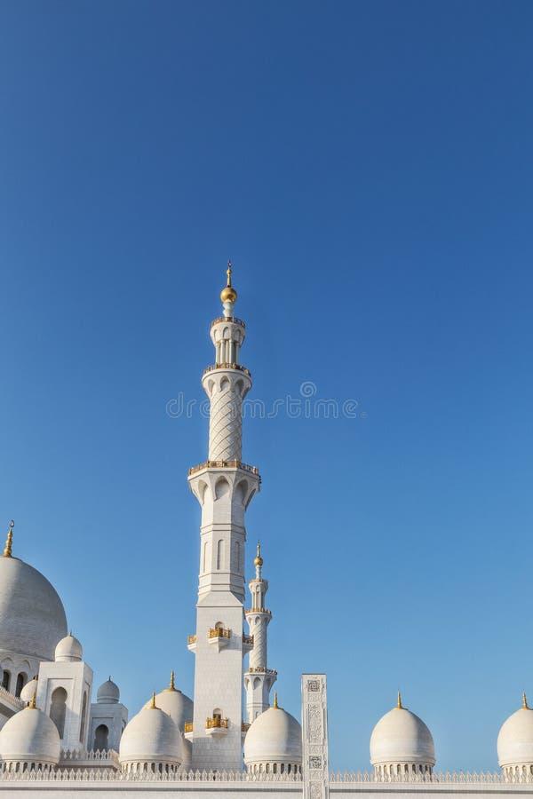 Bovenkant van toren en koepel van Arabische moskee in Abu Dhabi De V.A.E royalty-vrije stock fotografie