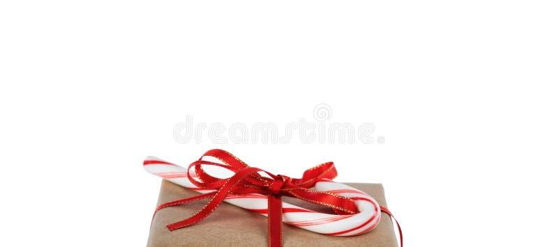 Bovenkant van vakje van de Kerstmis het bruin die gift en suikergoedriet op zuivere witte achtergrond met overvloed van exemplaar royalty-vrije stock foto