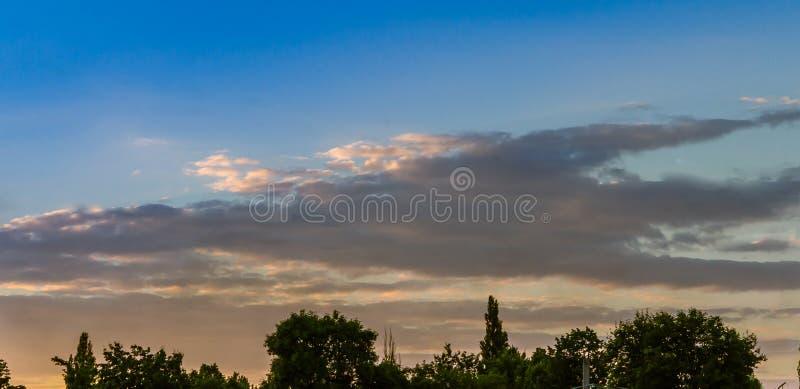 Bovenkanten in de wolken stock foto's