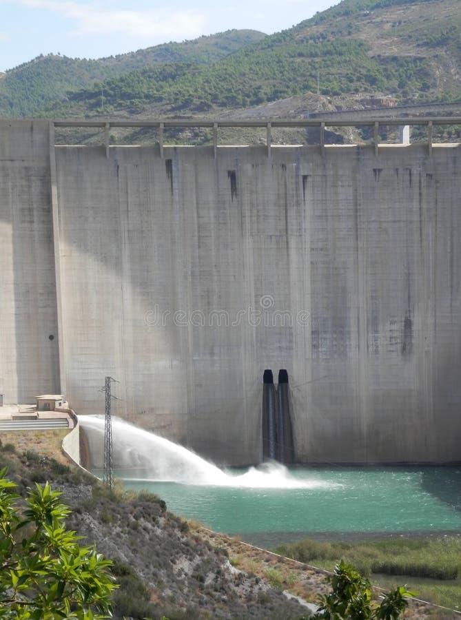 Bovenmatig water die onder reservoir stromen stock foto's