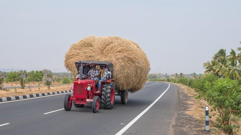Bovenmatige landbouwlading in beweging stock fotografie