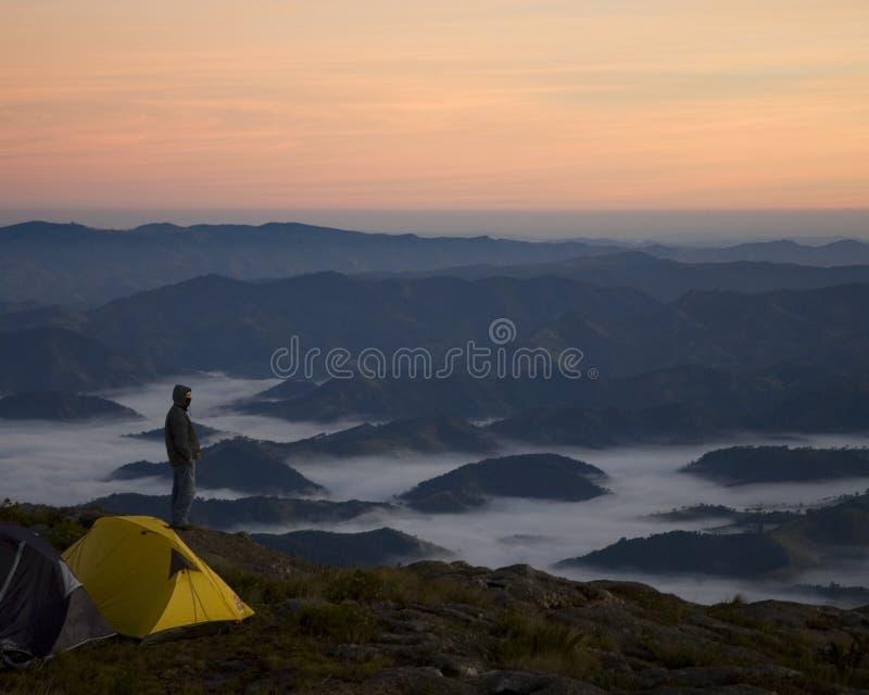 Download Bovenop de berg stock foto. Afbeelding bestaande uit backpacker - 54076358