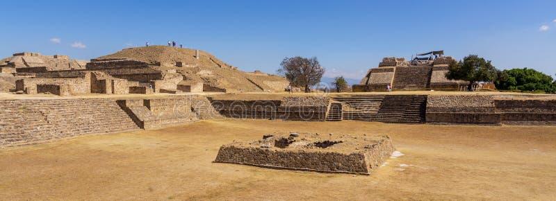 Bovenop Zapotec-piramide bij Monte Alban-plaats, Mexico royalty-vrije stock foto's