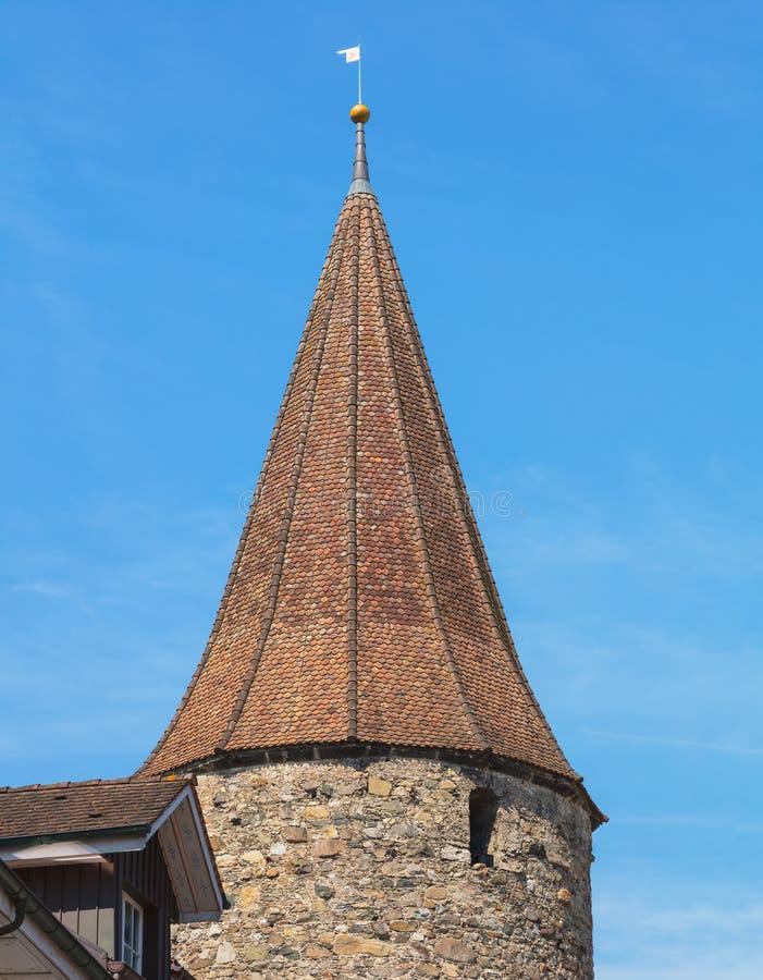 Bovenste gedeelte van een middeleeuwse toren in de stad van Bremgarten, Zwitserland royalty-vrije stock fotografie