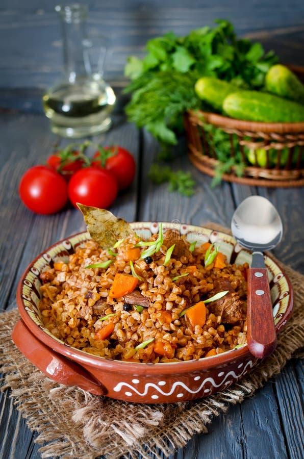 Bovete med kött och grönsaker royaltyfria foton