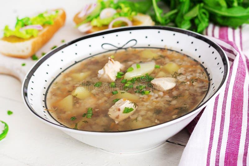 Bovetesoppa med höna i en platta, bröd med den senapsgula röda löken för ang royaltyfria bilder