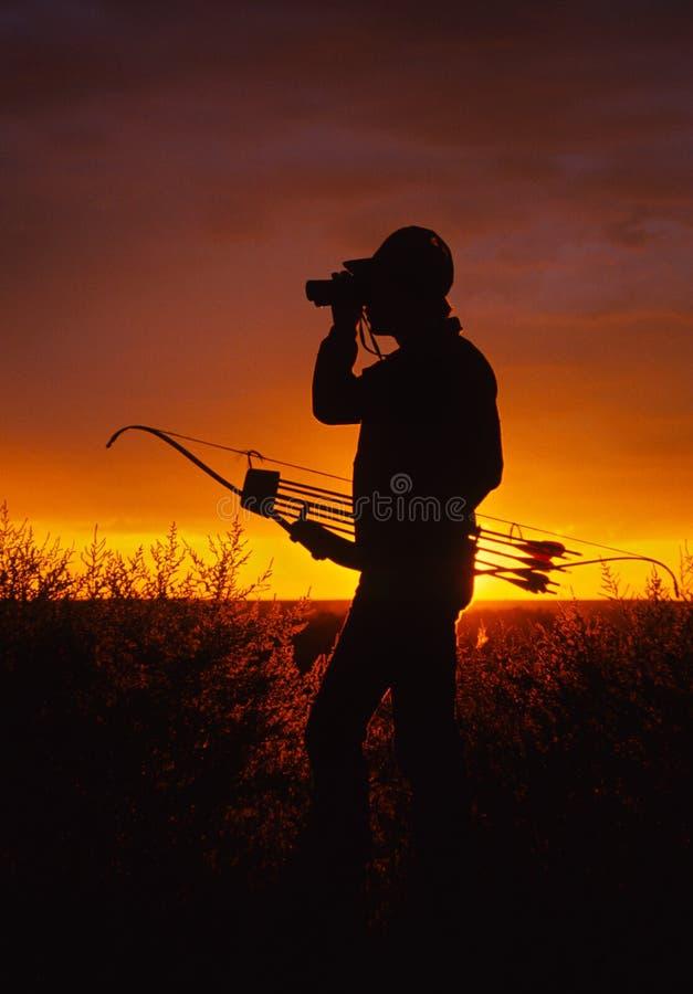 Bowhunter en puesta del sol fotos de archivo libres de regalías