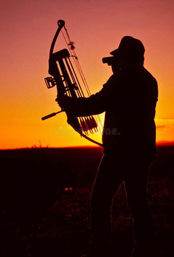 Bowhunter nel tramonto immagine stock libera da diritti