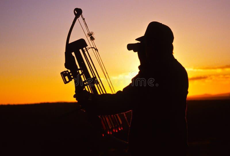 Bowhunter nel tramonto fotografia stock