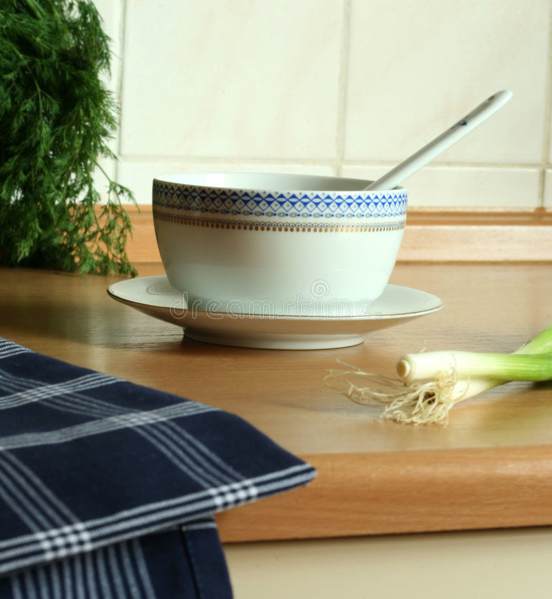 Free Bowl And Towel On Kitchen Royalty Free Stock Photo - 6950365