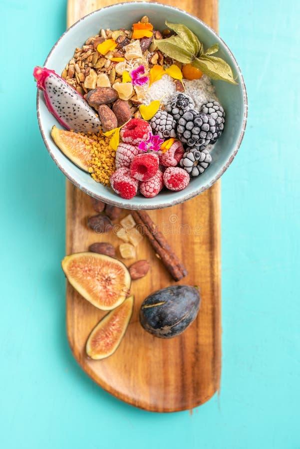 Bowl di frutta e frutta a guscio a bordo di legno immagine stock
