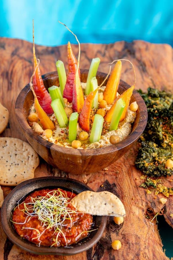 Bowl di humus con verdure immagini stock libere da diritti