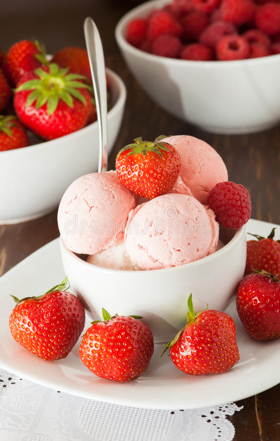 Free Bowl Of Ice-cream Royalty Free Stock Photography - 32410447