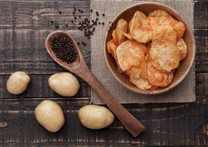 Bowl with potato crisps chips with pepper on wood image libre de droits