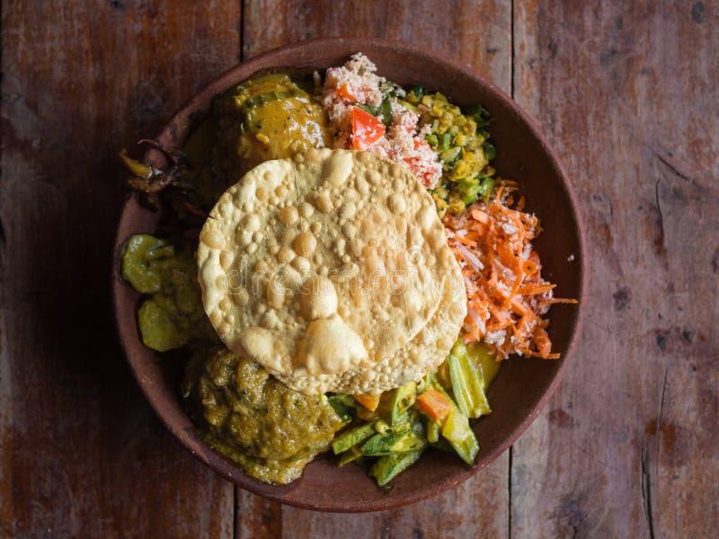 Bowl van de variëteit traditioneel vegan Sri Lankaans voedsel met verschillende curries, papadum, rijst, sambol, dal en groenten royalty-vrije stock afbeeldingen