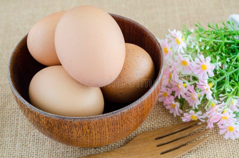 bowla träbruna ägg arkivfoto