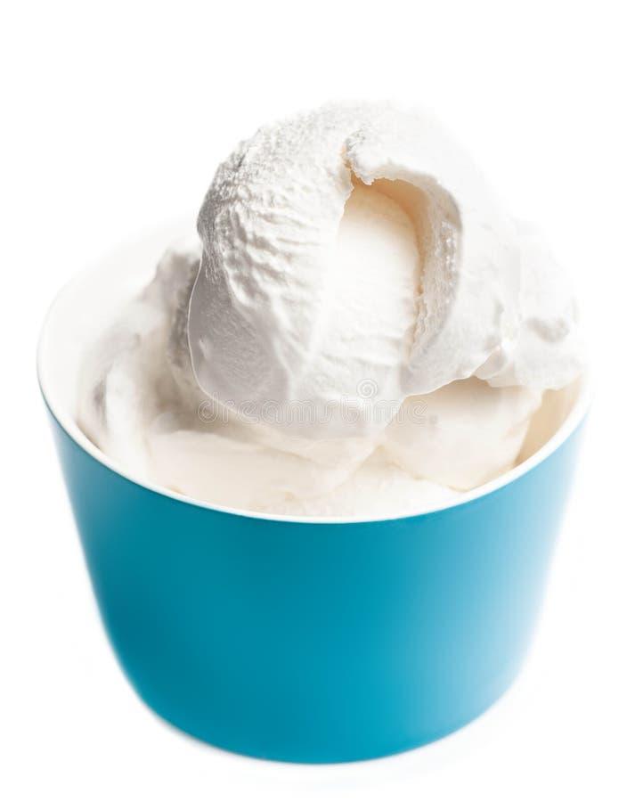 Bowlar mjuk glass för vanilj i blått isolerat på vita Backgroun royaltyfria bilder