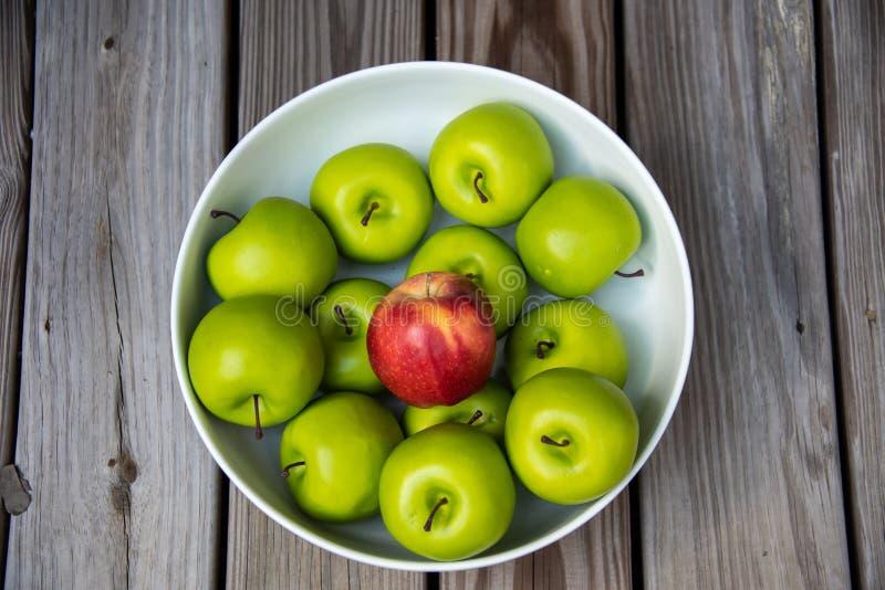 Bowlful Crispy, Sezonowi spadków jabłka, obraz stock