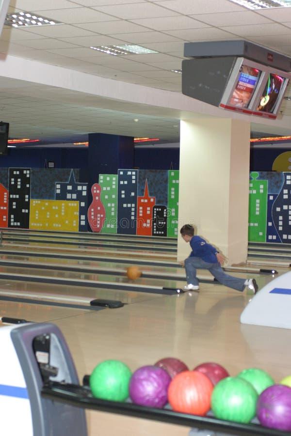 Bowling avec des joueurs photos libres de droits
