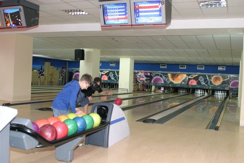 Bowling avec des joueurs images libres de droits
