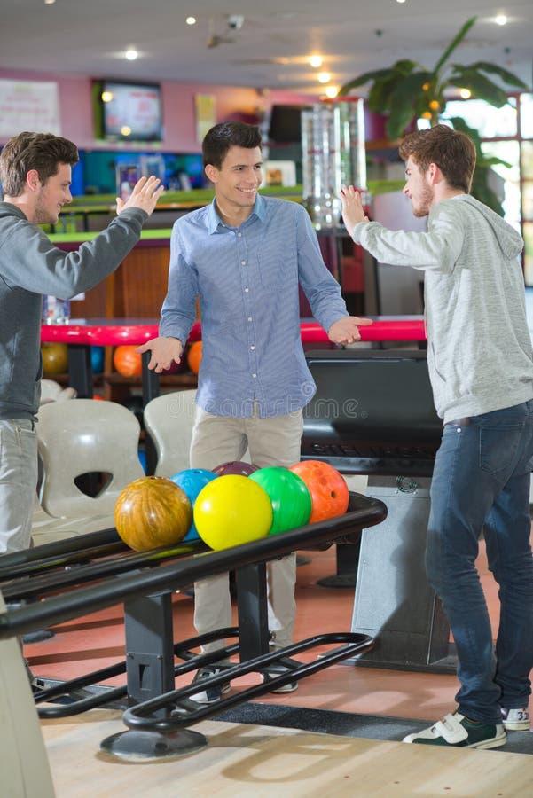 Bowling dei giovani bilanciato al livello cinque fotografie stock libere da diritti