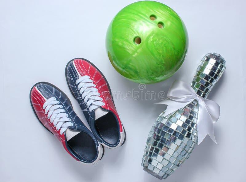 Bowlingskor, diskospegelk?gla arkivbild