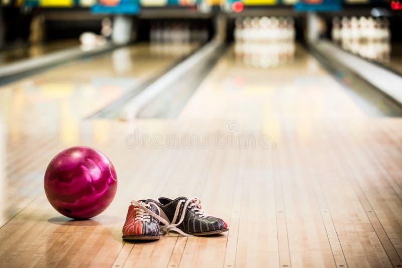 Bowlingskor och boll arkivbilder